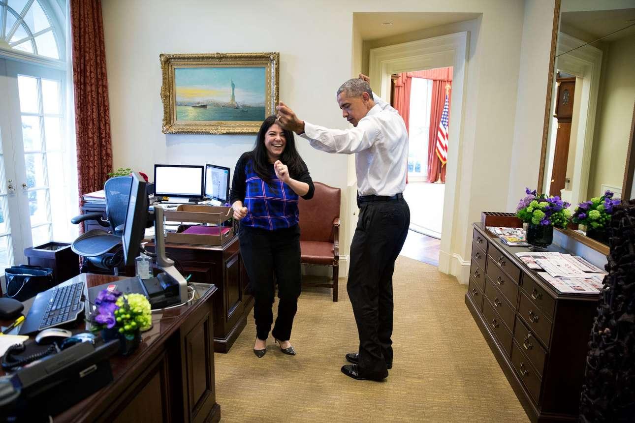 Μάρτιος: Ενας αυθόρμητος χορός μεταξύ του Ομπάμα και της προσωπικής βοηθού του, προετοιμάζοντας την για τον επικείμενο γάμο της