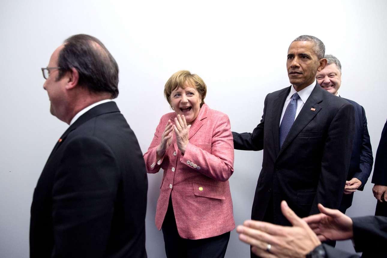 Ιούλιος: Ο Ομπάμα μαζί με τον Ολάντ και μια ξαφνιασμένη Μέρκελ πηγαίνουν σε συνέντευξη Τύπου στη Βαρσοβία της Πολωνίας