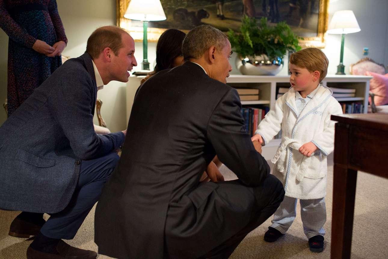 Απρίλιος: Η αξέχαστη στιγμή που ο πρόεδρος των ΗΠΑ συνάντησε τον μικρό πρίγκηπα της Βρετανίας. Ο χαριτωμένος Τζορτζ τους υποδέχτηκε φορώντας τη ρόμπα και τις παντόφλες του. Η φωτογραφία αυτή είχε κάνει τον γύρο του κόσμου, όμως τη στιγμή που την τραβούσε ο Σόουζα το μόνο που σκεφτόταν ήταν η γωνία του τραπεζιού που του χαλούσε το κάδρο