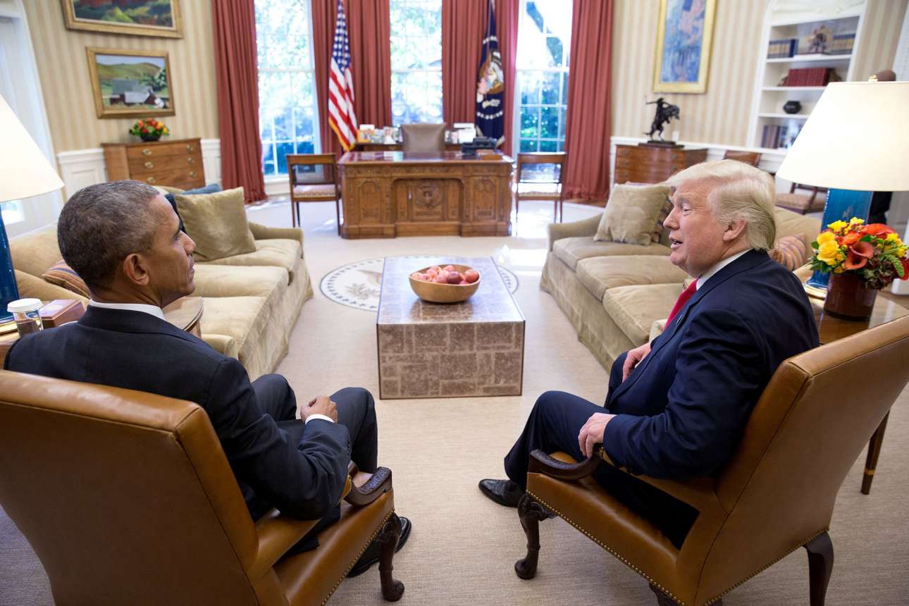 Νοέμβριος: Η αμήχανη στιγμή που ο τωρινός πρόεδρος συναντιέται με τον εκλεγμένο πρόεδρο Ντόναλντ Τράμπ, δύο μέρες μετά τις αμερικανικές εκλογές