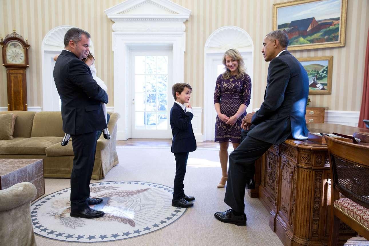 Νοέμβριος: Βλέποντας τη σοκαριστική εικόνα του προσφυγόπουλου από τη Συρία να κάθεται ματωμένο μέσα σε ένα ασθενοφόρο, το εξάχρονο αγόρι της φωτογραφίας έστειλε γράμμα στον Ομπάμα ζητώντας του να το φέρει στην Αμερική, για να το υιοθετήσει η οικογένεια του. Ο αμερικανός πρόεδρος είχε συγκινηθεί πολύ από το γράμμα, διάβασε και αποσπάσματά του στα Ηνωμένα Εθνη, και λίγους μήνες αργότερα κάλεσε τον Αλεξ Μιτεμπέρι στον Λευκό Οίκο για να τον γνωρίσει από κοντά