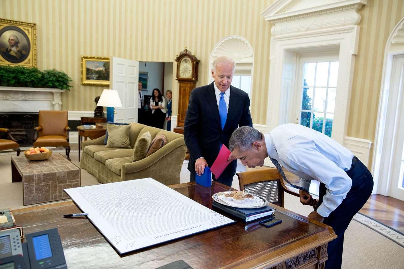 Αύγουστος: Το περίφημο «bromance» Μπάιντεν - Ομπάμα σε όλο του το μεγαλείο. Ο αντιπρόεδρος των ΗΠΑ κάνει έκπληξη στον πρόεδρο στο Οβάλ Γραφείο, φέρνοντας του κεκάκια να σβήσει για τα 55α γενέθλια του