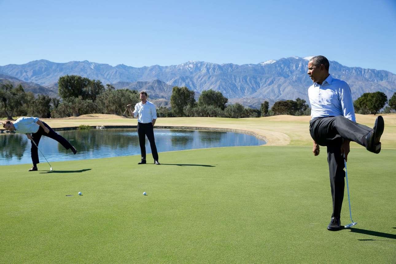 Φεβρουάριος: Ο πρόεδρος αντιδρά καθώς η μπάλα του αστοχεί, σε φιλικό παιχνίδι γκολφ με μέλη του προσωπικού του
