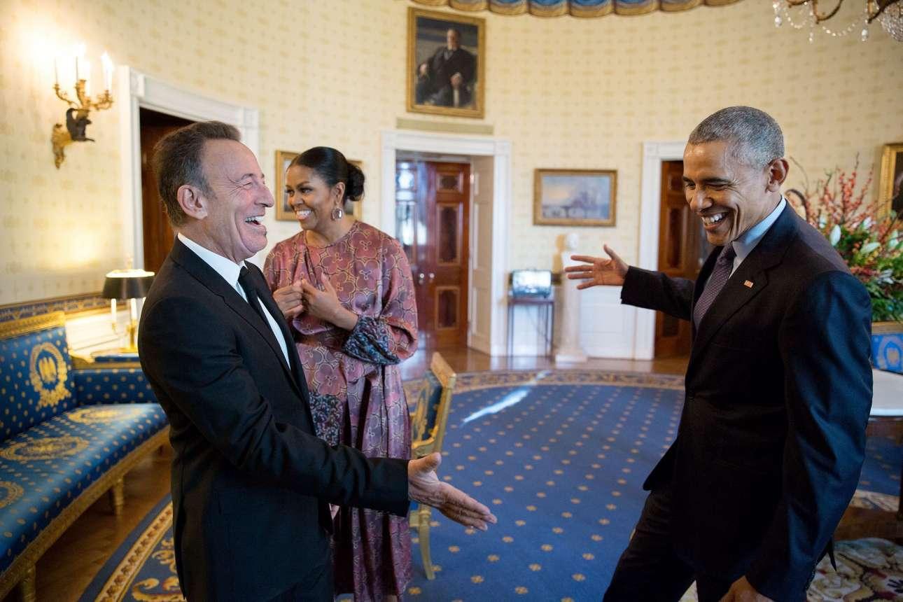 Νοέμβριος: Μια εγκάρδια χειραψία μεταξύ του Ομπάμα και του είδωλου του, Μπρους Σπρίνγκστιν, πριν του απονείμει το Μετάλλιο της Ελευθερία. Ο αμερικανός πρόεδρος είναι φαν του «Boss» 30 χρόνια και έχει πάει σε τουλάχιστον 35 συναυλίες του