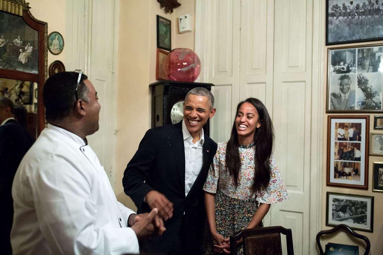 Μάρτιος: Ενα ευτυχισμένο στιγμιότυπο του Ομπάμα και της κόρης του Μάλια σε ένα εστιατόριο στην Κούβα. Μία από τις αγαπημένες φωτογραφίες του προέδρου, κρέμεται στη Δυτική Πτέρυγα, αλλά όπως εξηγεί ο Σόουζα, ο Ομπάμα αγαπάει κάθε φωτογραφία που είναι με τις κόρες τους