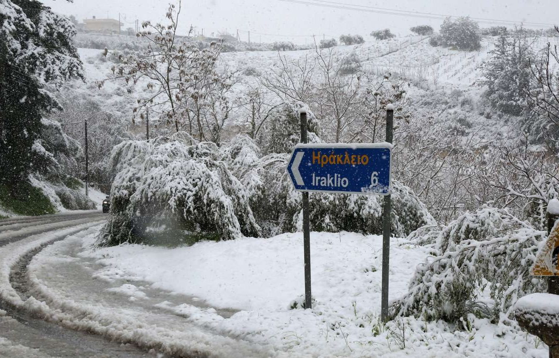 H πινακίδα δείχνει Ηράκλειο Κρήτης. Τα πάντα χιονισμένα