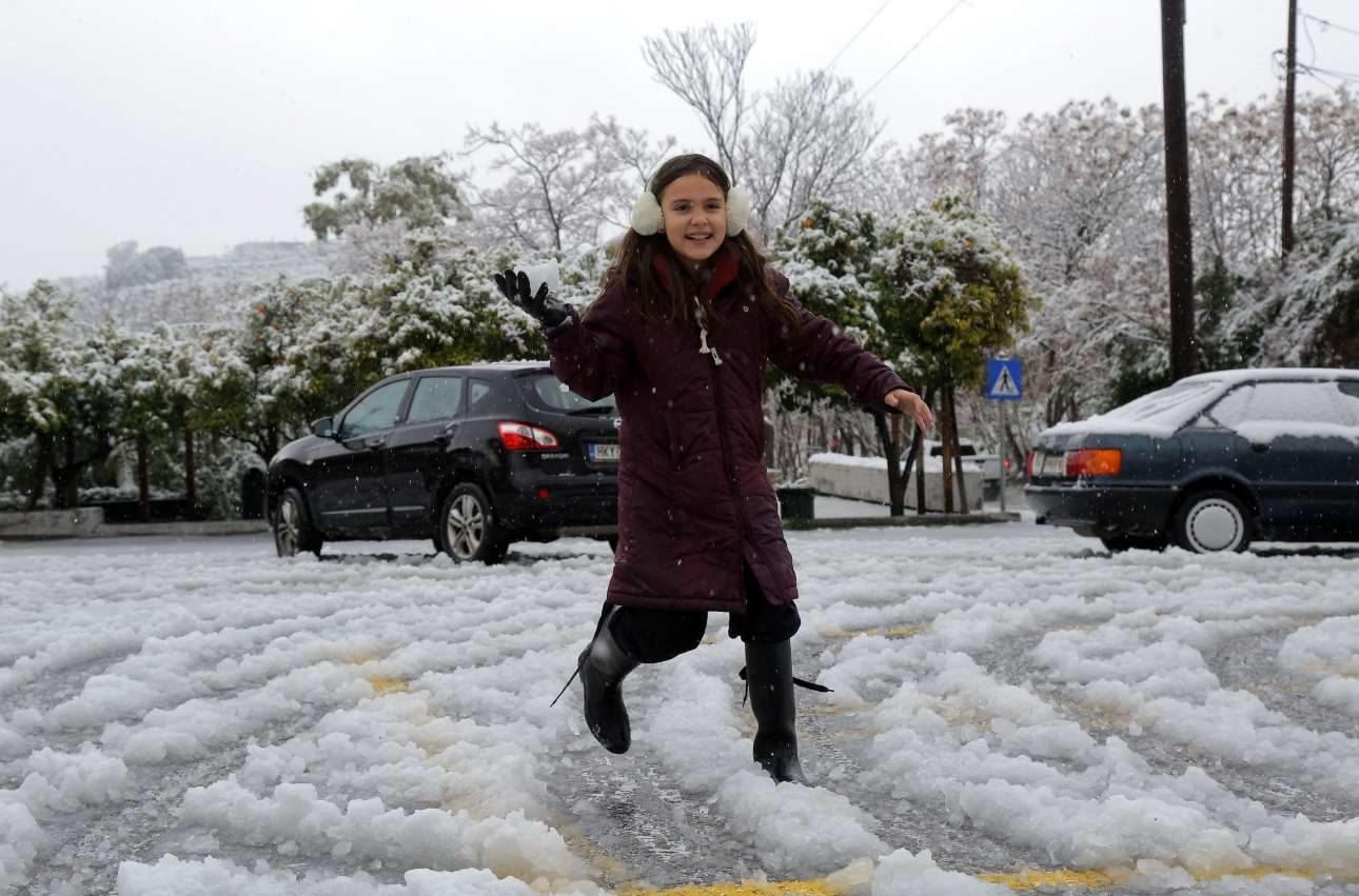 Ηράκλειο Κρήτης/ Οι μόνοι που δεν προβληματίζονται από τον παγετό είναι οι μικροί που βρήκαν μια καλή ευκαιρία να το ρίξουν στο παιχνίδι