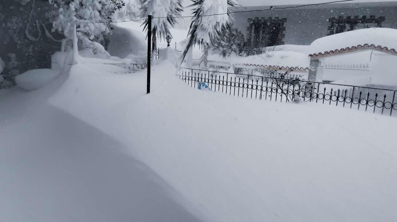 Στην Κύμη Ευβοίας το χιόνι κοντεύει να φτάσει στα παράθυρα των σπιτιών