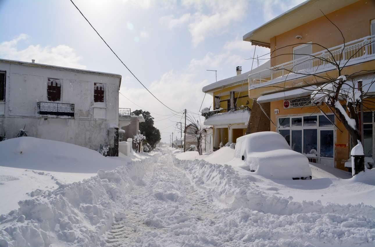 Οξύλιθος, Εύβοια/ Οι δρόμοι και τα αυτοκίνητα είναι κυριολεκτικά θαμμένα κάτω από στρώσεις χιονιού