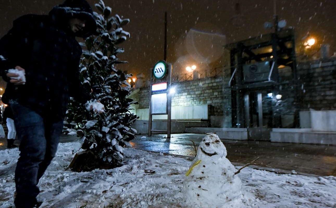 Ενας χιονάνθρωπος καλωσορίζει τους λιγοστούς επιβάτες στον σταθμό του Μετρό στο Σύνταγμα