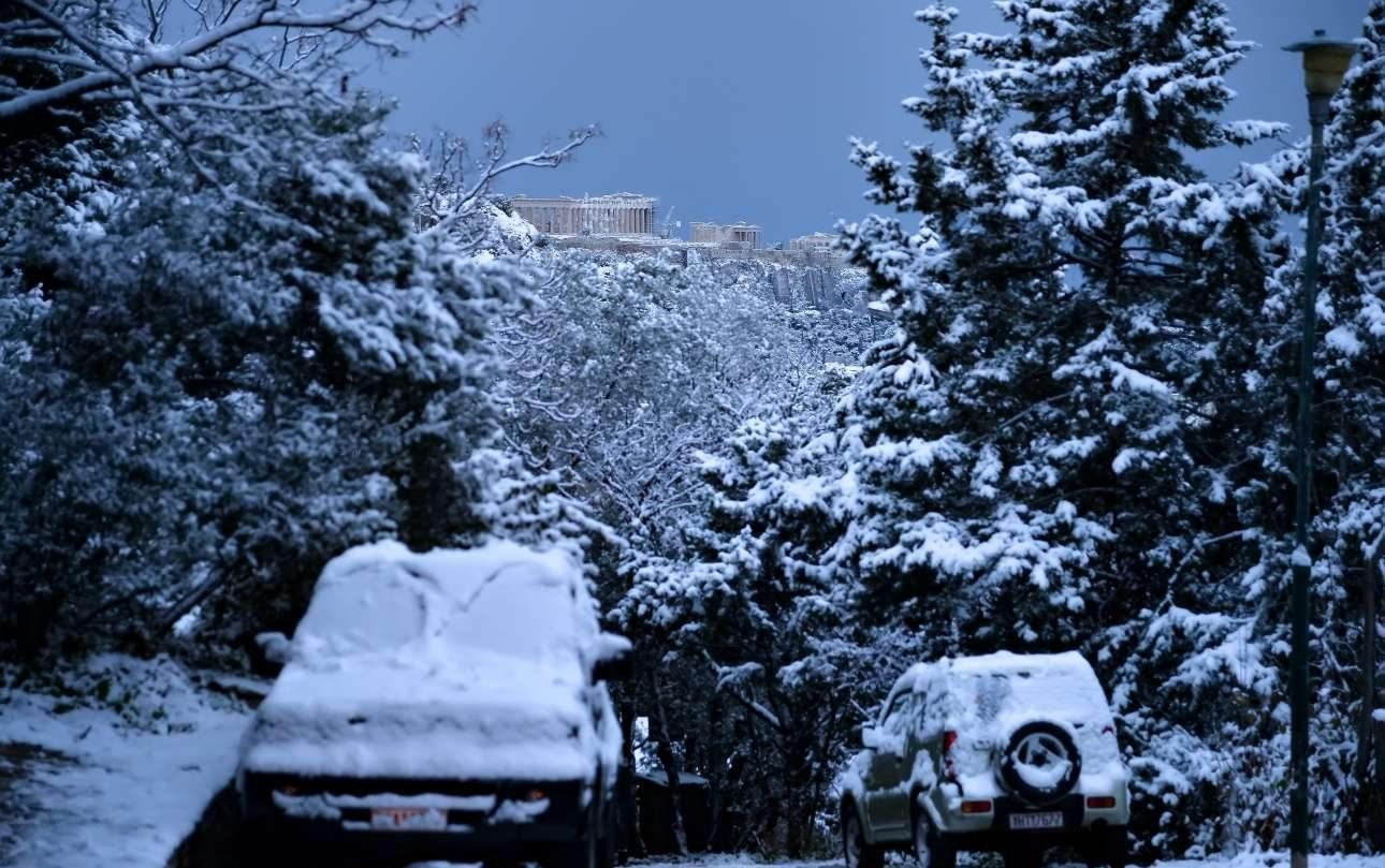 Πυκνό χιόνι κάλυπτε το πρωί της Τρίτης αυτοκίνητα, δρόμους και δέντρα. Και βέβαια τον Ιερό Βράχο