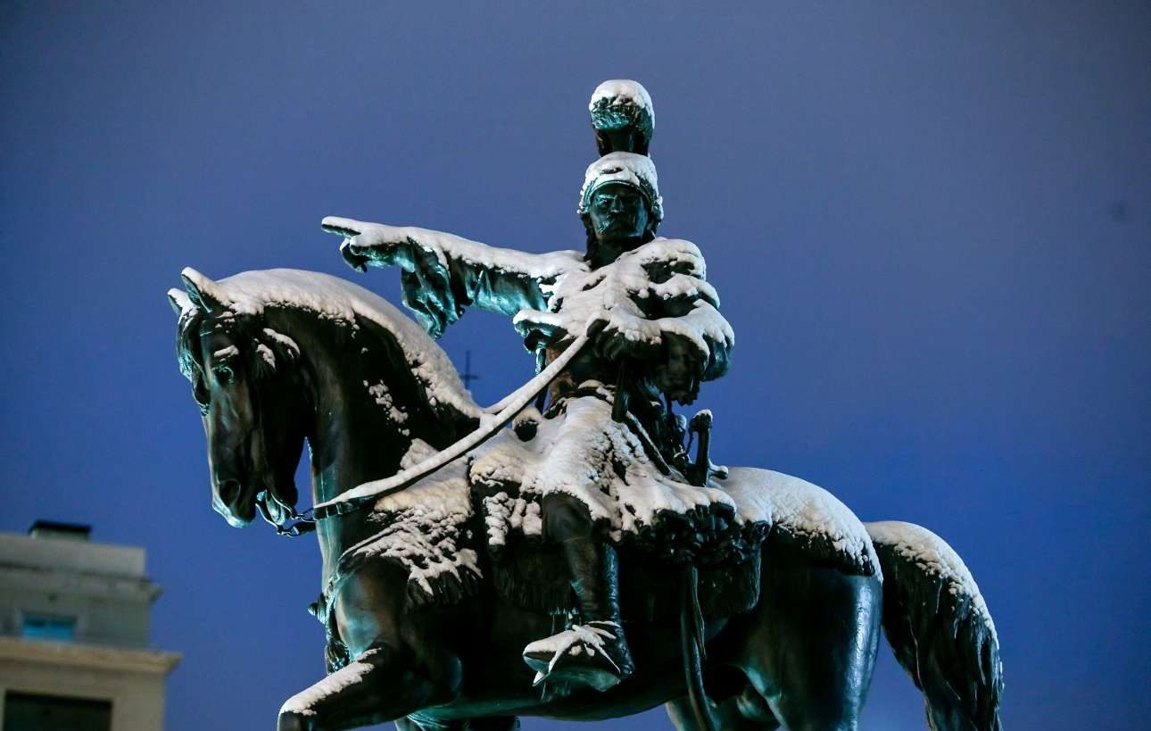 To άγαλμα του Κολοκοτρώνη, στην οδό Σταδίου, στην Αθήνα, κάτω από ένα πέπλο χιονιού