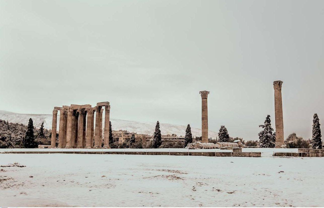 Σαν καρτ ποστάλ περασμένης εποχής, ο Ναός του Ολυμπίου Διός το πρωί της 10ης Ιανουαρίου