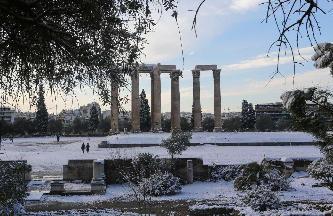 Πρωί Τρίτης. Ο αττικός ουρανός ανοίγει και φωτίζει διαφορετικά τον Ναό του Ολυμπίου Διός που είναι καλυμμένος με ένα υπέροχο πέπλο χιονιού