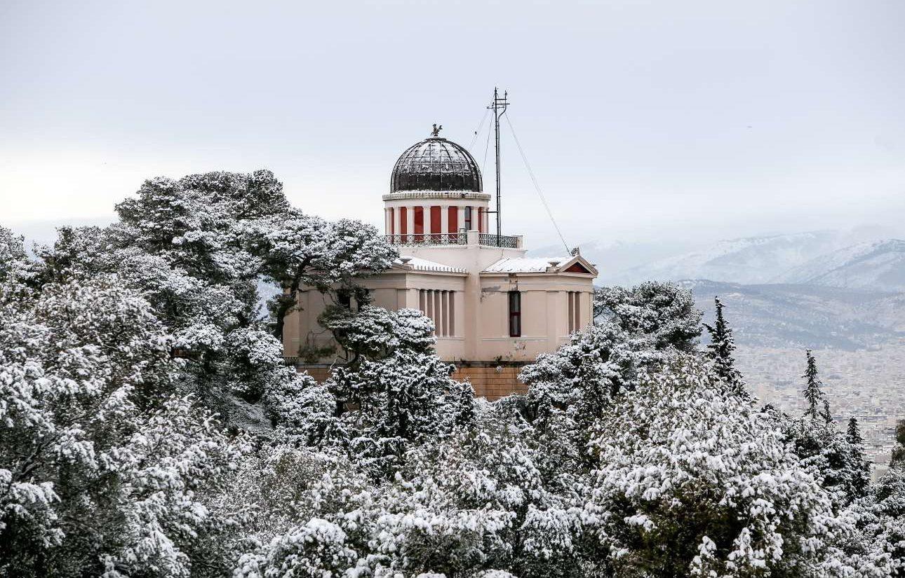 Χιονισμένο το κτίριο του Αστεροσκοπείου, στο Φιλοπάππου