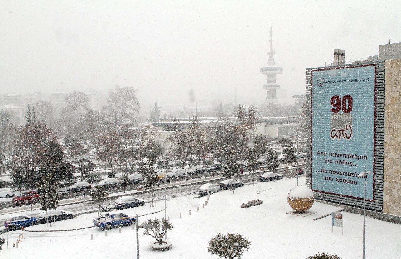 Ο Πύργος του ΟΤΕ διακρίνεται με δυσκολία καθώς το χιόνι πέφτει πυκνό