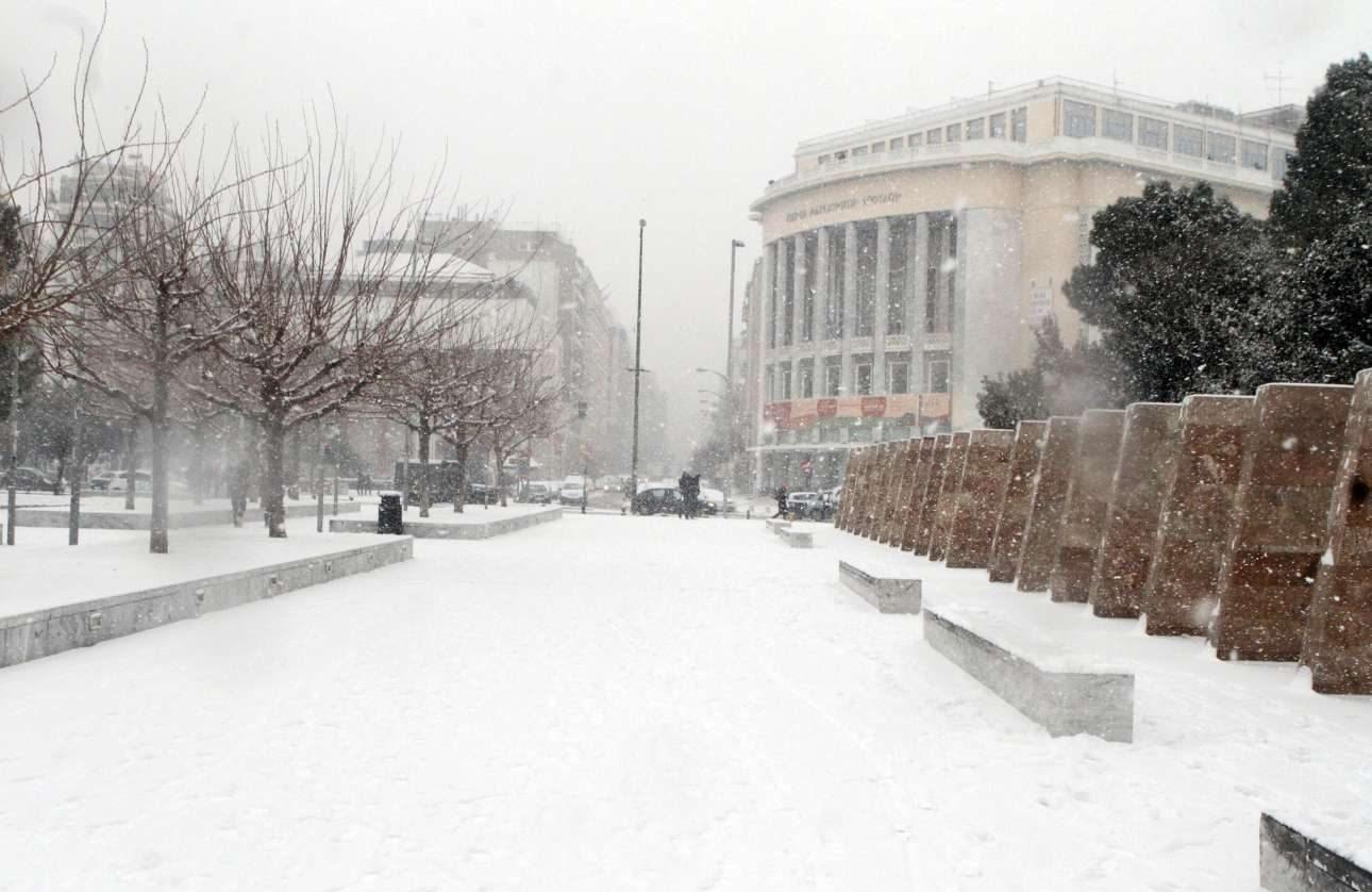 Πυκνό χιόνι, στην παραλία μπροστά από το κτίριο της Εταιρείας Μακεδονικών Σπουδών