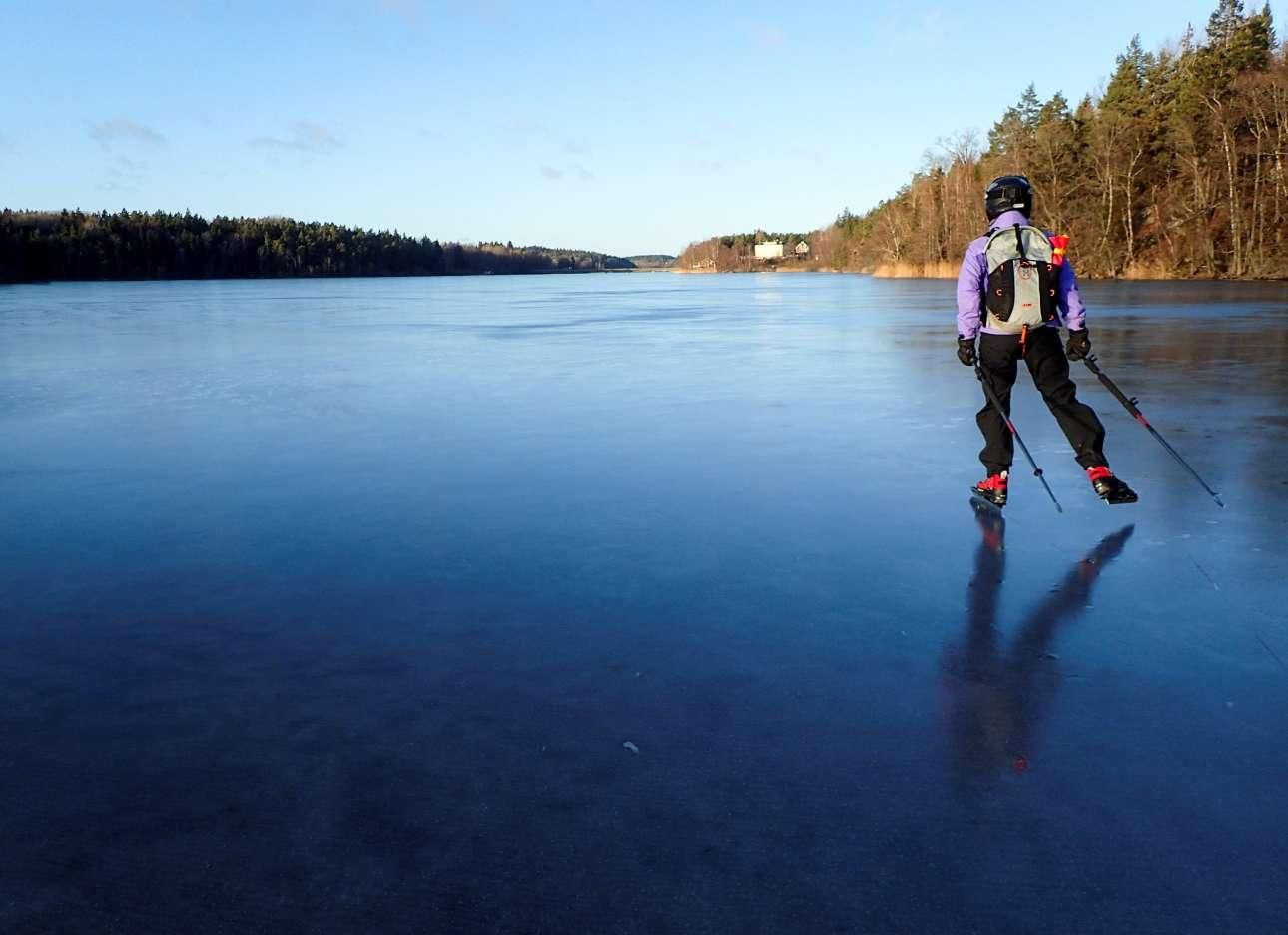 Πατινάζ πάνω στην παγωμένη λίμνη Ορλάνγκεν, νότια της Στοκχόλμης, στη Σουηδία