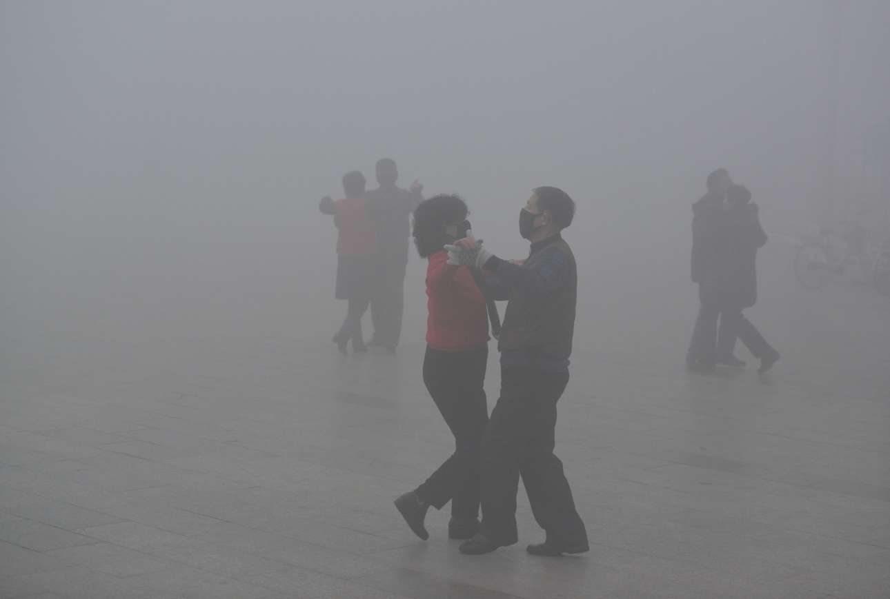 Παρά τις απαγορεύσεις, πολλοί Κινέζοι βγήκαν έξω στις πλατείες για να ασκηθούν και να χορέψουν