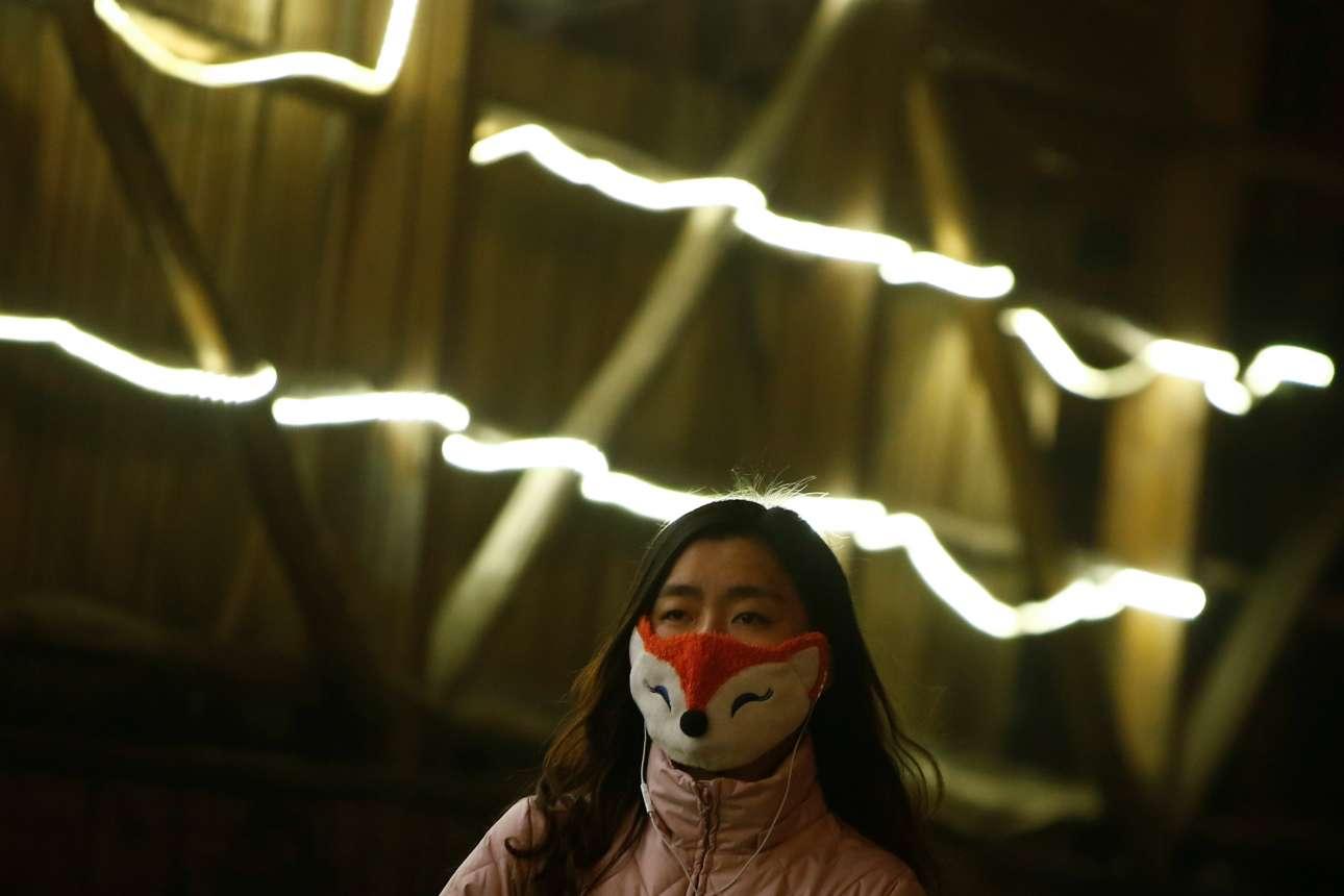 Οι Κινέζοι «εφορμούν» στη ρύπανση με χιουμοριστικές μάσκες για προστασία