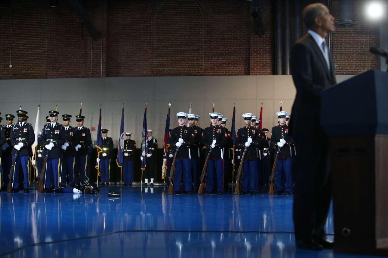 4 Ιαν. Η λεπτομέρεια σε αυτή τη φωτογραφία που απεικονίζει τον απερχόμενο πρόεδρο των ΗΠΑ, Μπαράκ Ομπάμα, σε αποχαιρετιστήρια ομιλία του σε στρατιωτική βάση στη Ουάσιγκτον είναι ο στρατιώτης που έχει καταρρεύσει στο πάτωμα. Τα υπόλοιπα μέλη της φρουράς παρέμειναν στη θέση τους ακολουθώντας το πρωτόκολλο