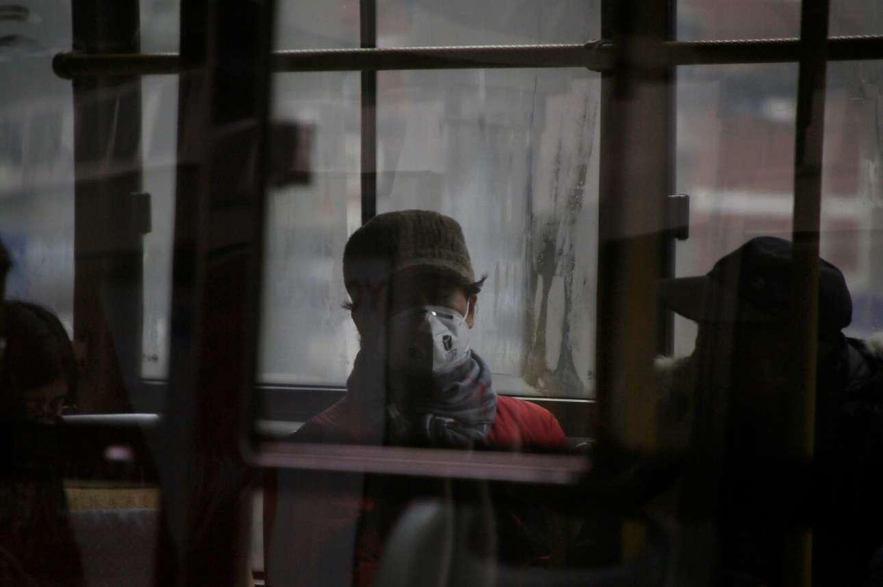 Στο Πεκίνο, ο μέσος όρος συγκέντρωσης σωματιδίων ξεπέρασε τα 500 μικρογραμμάρια ανά κυβικό μέτρο, κηρύσσοντας την πρωτεύουσα σε κατάσταση «πορτοκαλί» συναγερμού
