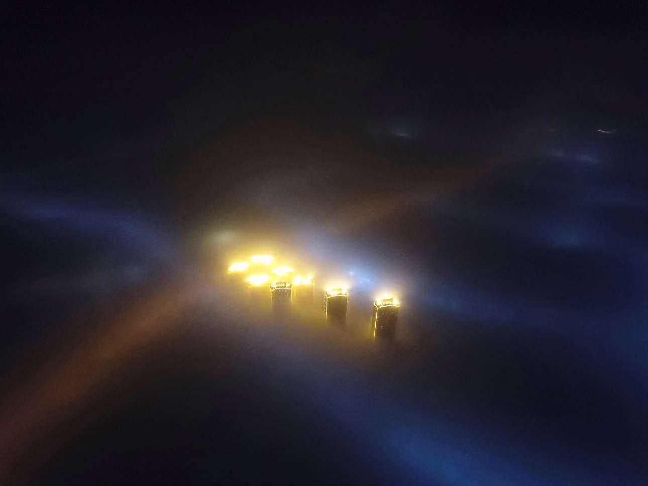 Σκοτάδι και ομίχλη πέφτει πάνω από τη πόλη Τιαντζίν, στα βορειοανατολικά της Κίνας
