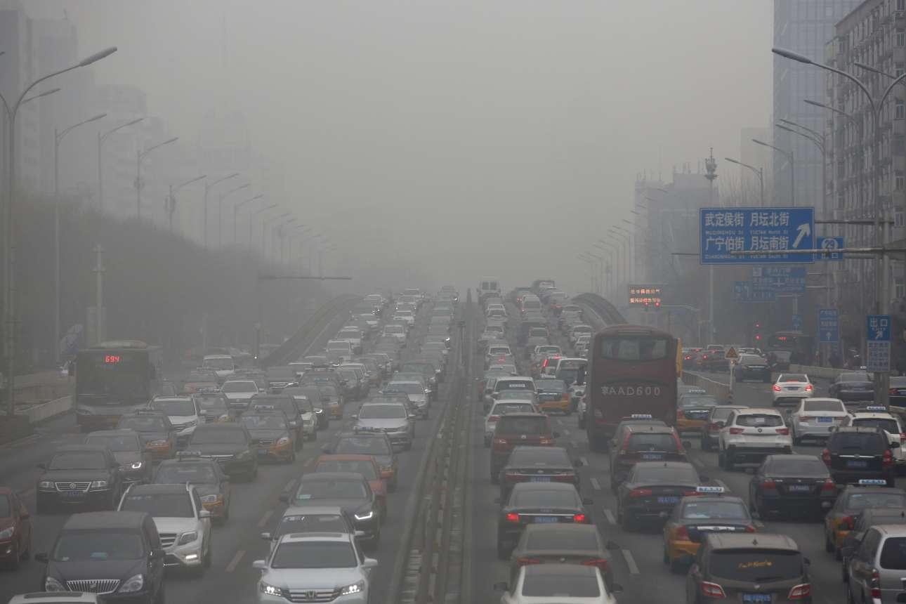 Μποτιλιάρισμα και κλειστοί δρόμοι στο Πεκίνο. Οι Αρχές έκλεισαν πολλούς αυτοκινητόδρομους, με σκοπό να ελαττώσουν την κυκλοφορία των πολιτών