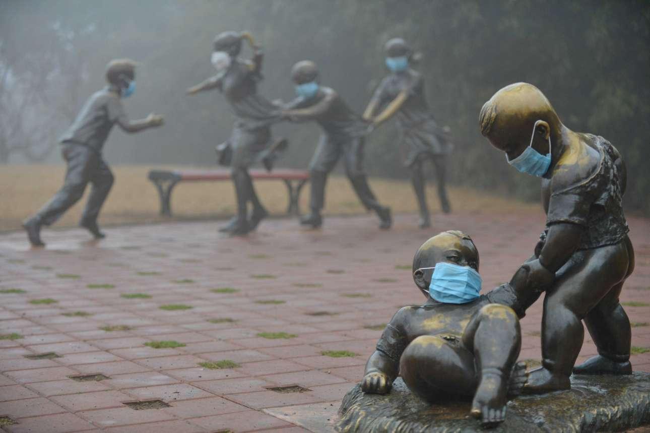 Ακόμα και τα αγάλματα φόρεσαν προστατευτικές μάσκες