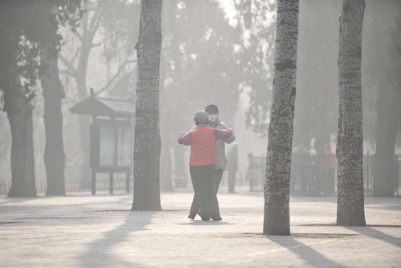 4 Ιαν. Τοξικό νέφος σκεπάζει για μία ακόμη φορά την Κίνα. Οι κάτοικοι της πόλης Φουγιάνγκ αισθάνονται την αιθαλομίχλη στα ρουθούνια τους, γι' αυτό φοράνε ειδικές μάσκες. Αλλά, σαν να μην συμβαίνει τίποτα, χορεύουν