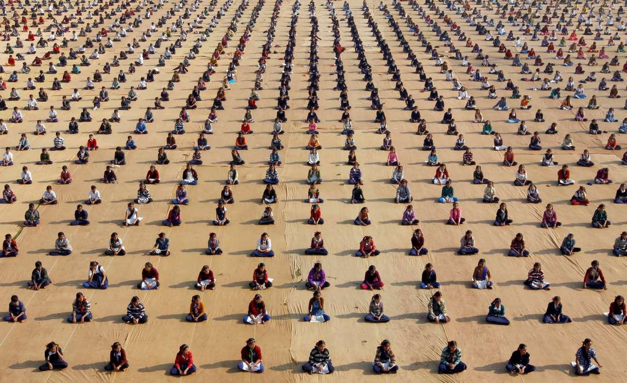 5 Ιαν. Μικροί, ανήλικες, γιόγκι κάνουν διαλογισμό σε μία κατασκήνωση στην Αχμενταμπάντ, πόλη της Ινδίας