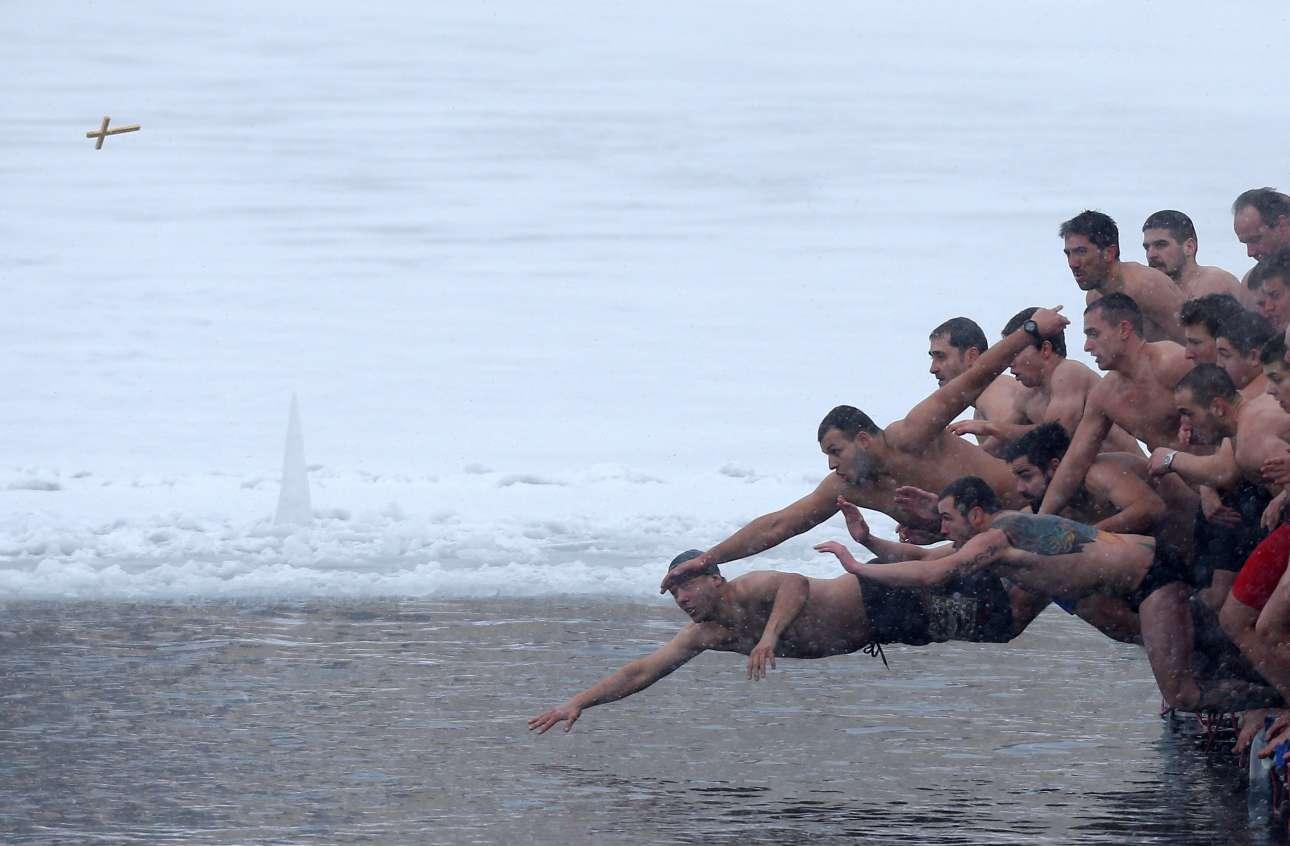 6 Δεκ. Δεν βουτάνε μόνο παλικάρια της Ελλάδας στα κρύα νερά της θάλασσας για να πιάσουν τον Σταυρό την ημέρα των Φώτων. Το έκαναν και στη Βουλγαρία, στα παγωμένα νερά μίας λίμνης στη Σόφια