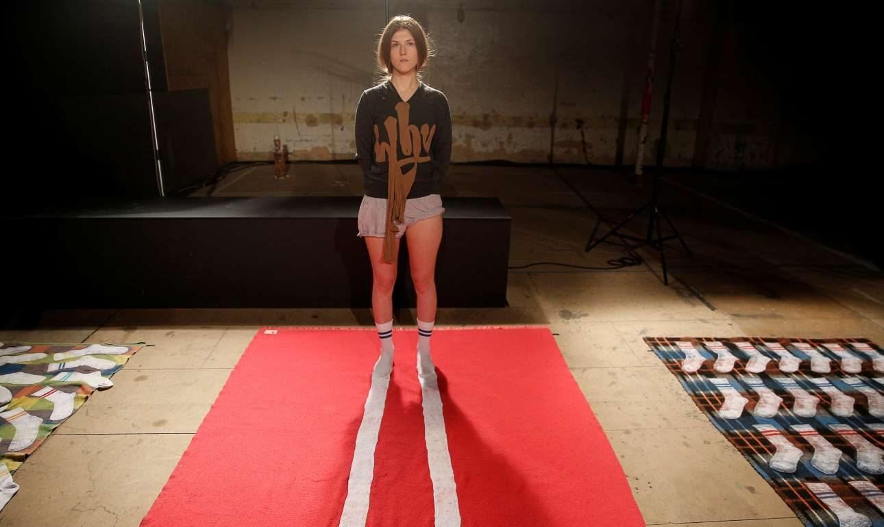 7 Ιαν. Ξεχειλωμένες, ανδρικές κάλτσες, αθλητικό σορτσάκι πρόχειρα βαλμένο και μία μπλούζα που ρωτά «γιατί» με μία σύνθεση από ένα καλσόν. Μία γυναίκα βρέθηκε στην επίδειξη ανδρικής μόδας στο Λονδίνο