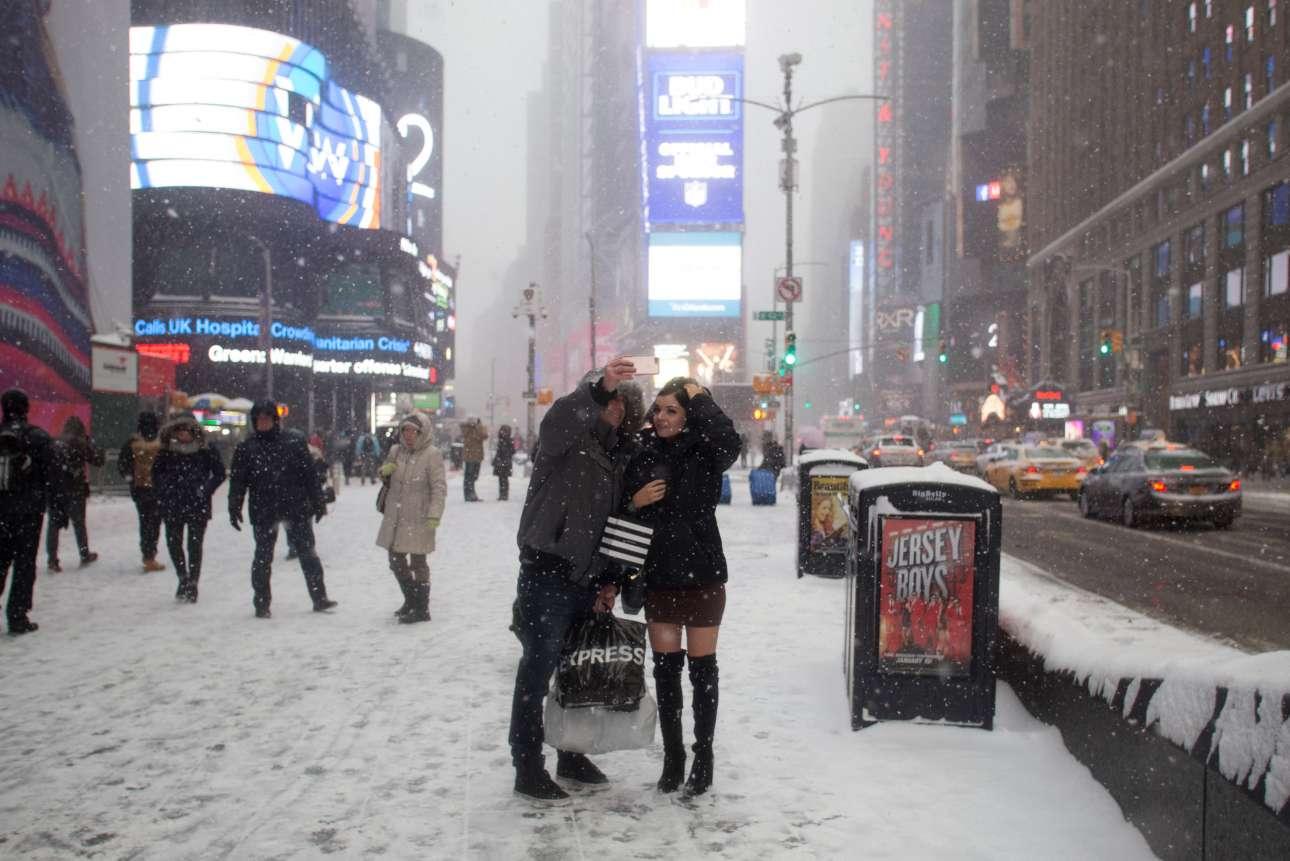Η απαραίτητη σέλφι μπροστά από τη χιονισμένη Τάιμς Σκουέρ της Νέας Υόρκης