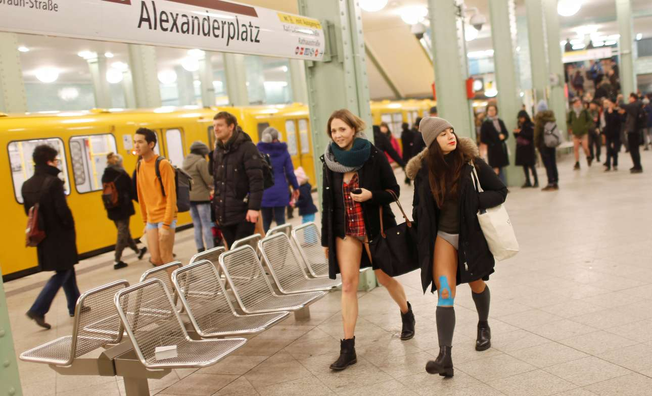 Οι νεαροί με τα εσώρουχα περπατούν χαμογελαστοί δίπλα στους υπόλοιπους ανθρώπους στο μετρό του Βερολίνου