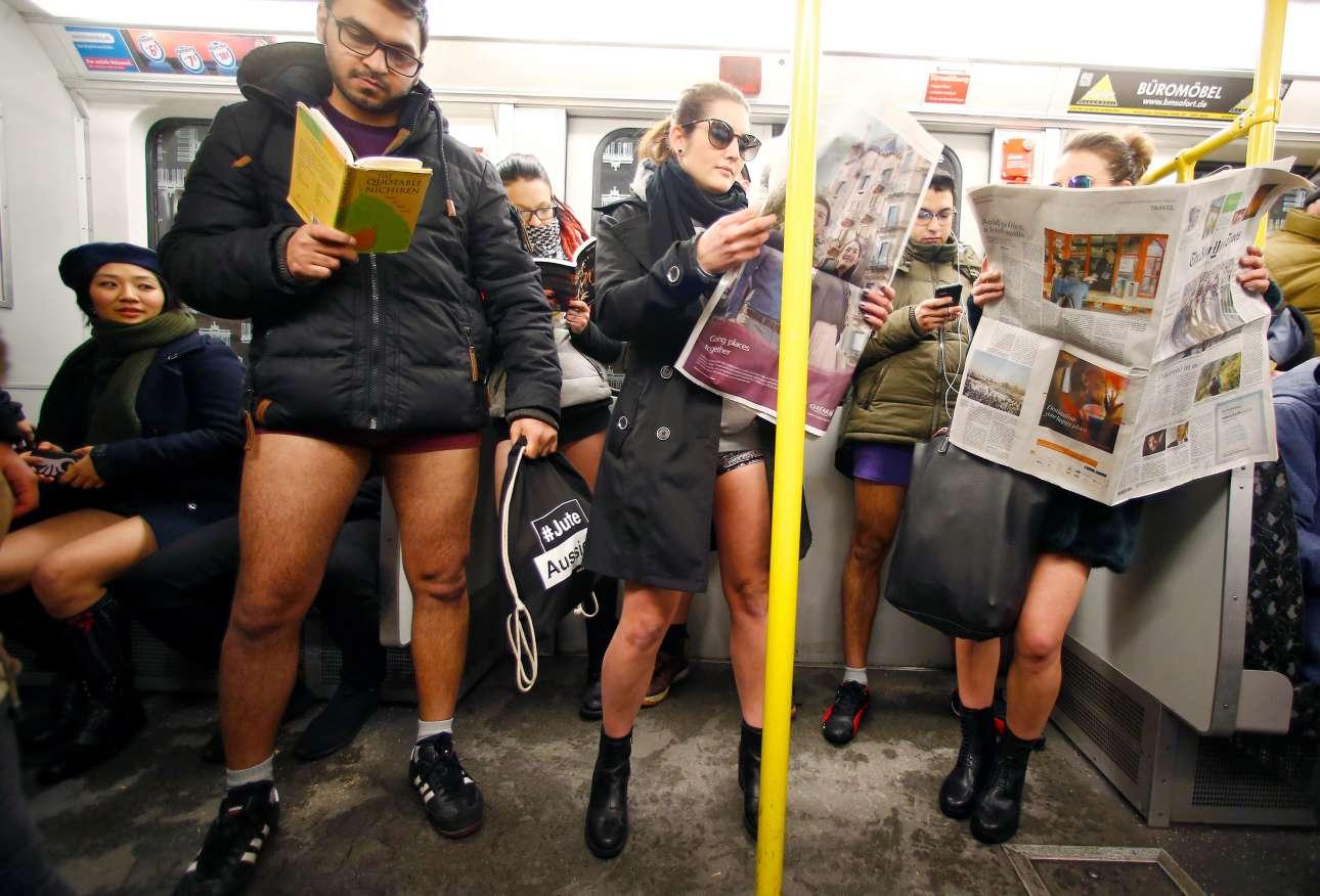Διάβασμα και αναμονή. Μία κατά τα λοιπά κανονική ημέρα στο μετρό του Βερολίνου