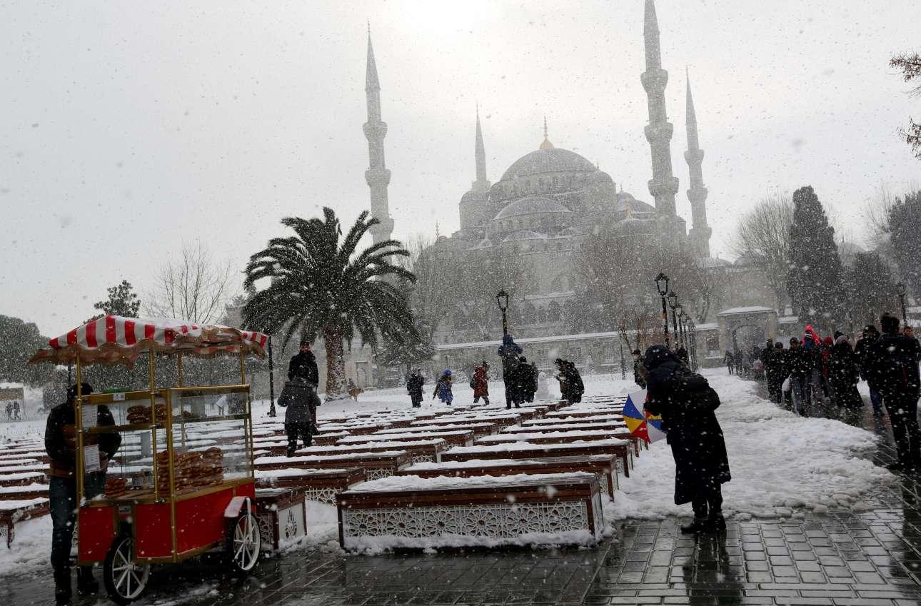Το χιόνι στην Κωνσταντινούπολη έφτασε τα 40 εκατοστά, ντύνοντας το Μπλε Τζαμί στα λευκά