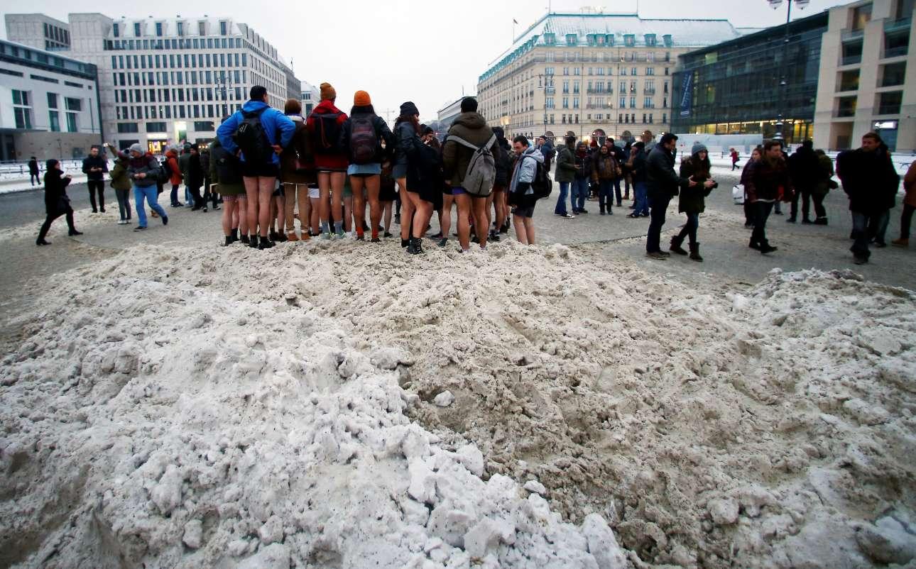 Οι τολμηροί συμμετέχοντες στην «Ημέρα Χωρίς Παντελόνι στο Μετρό» ποζάρουν για μια αναμνηστική φωτογραφία μπροστά από την Πύλη του Βραδεμβούργου, στο Βερολίνο