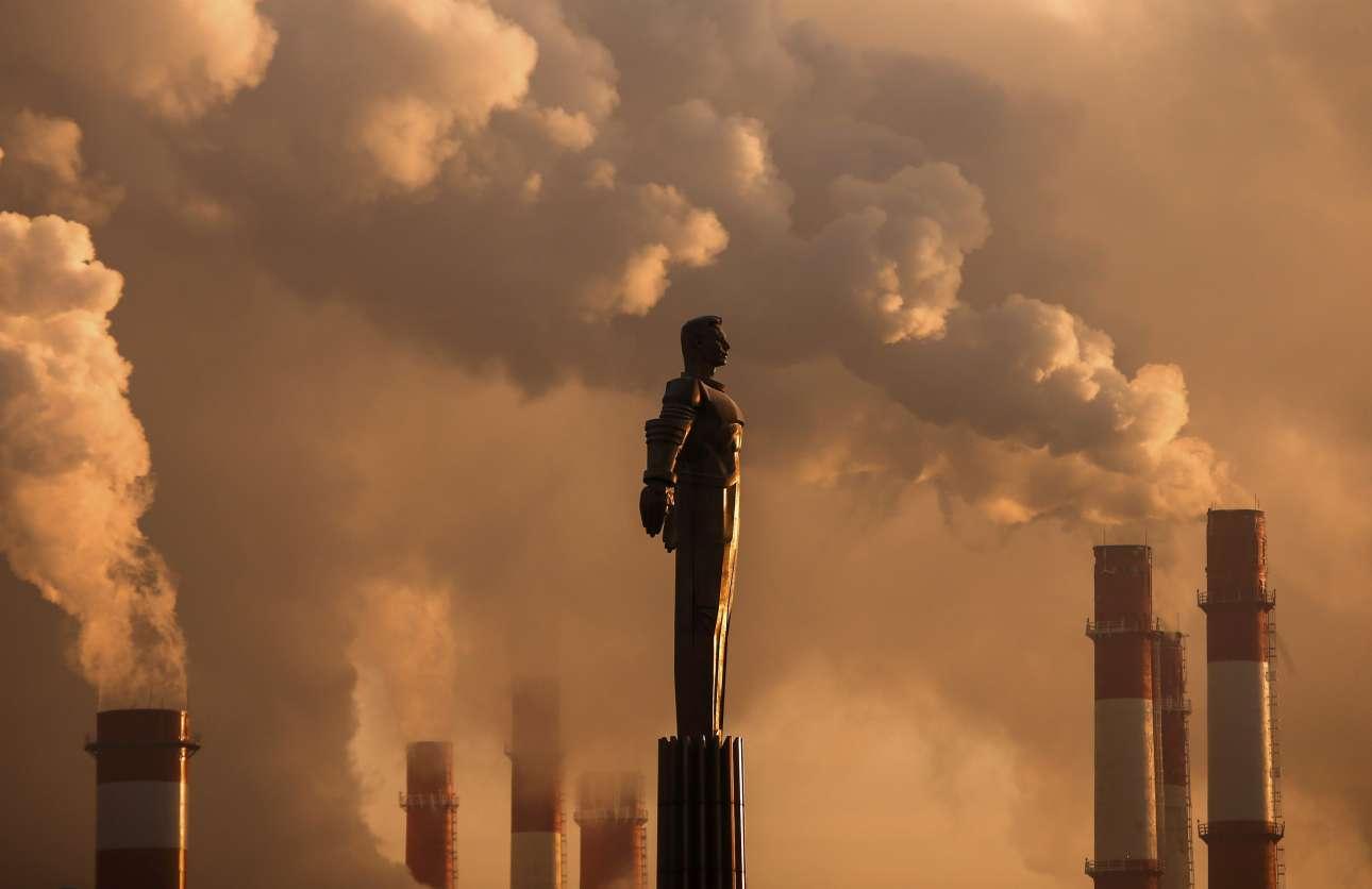 Το μνημείο του σοβιετικού κοσμοναύτη Γιούρι Γκαγκάριν στη Μόσχα με φόντο ένα εργοστάσιο θερμοηλεκτρικής ενέργειας. Οι καμινάδες του εργοστασίου δουλεύουν «υπερωρίες», καθώς η θερμοκρασία στη ρωσική πρωτεύουσα έπεσε στους -17 βαθμούς Κελσίου το απόγευμα της Τρίτης