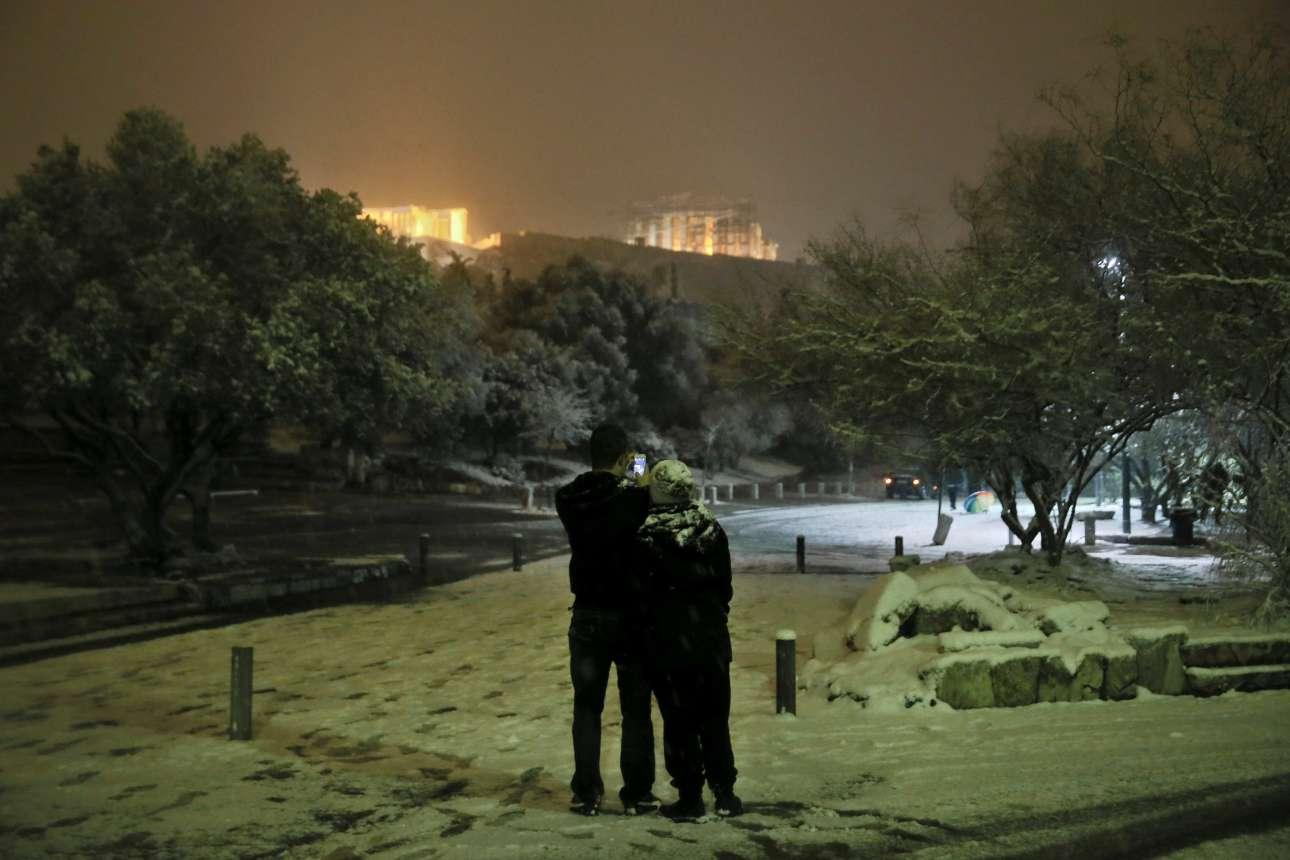Πόσες φορές μπορείς να φωτογραφίσεις τον Ιερό Βράχο της Ακρόπολης χιονισμένο;