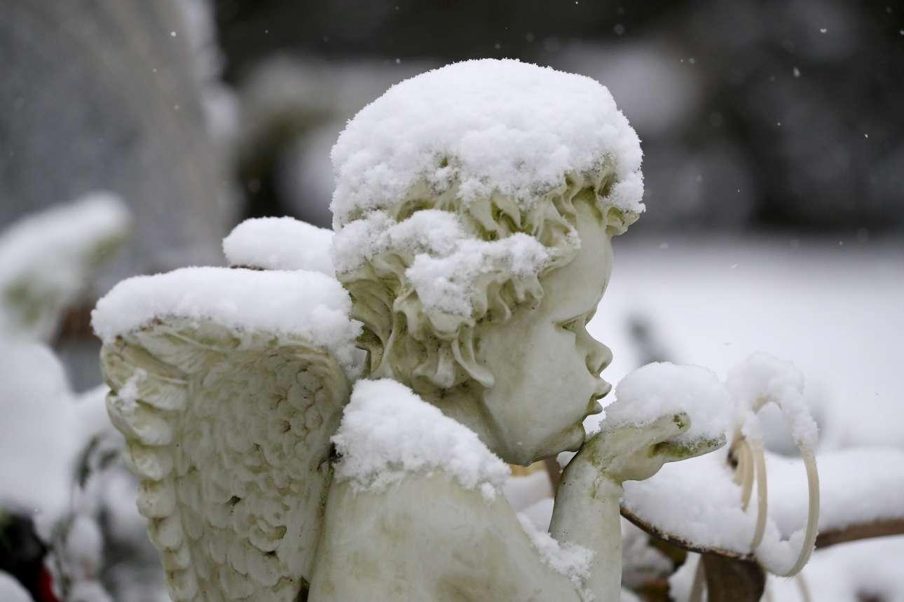 Χιονισμένο αγγελάκι στο νεκροταφείο της γερμανικής πόλης Χανάου