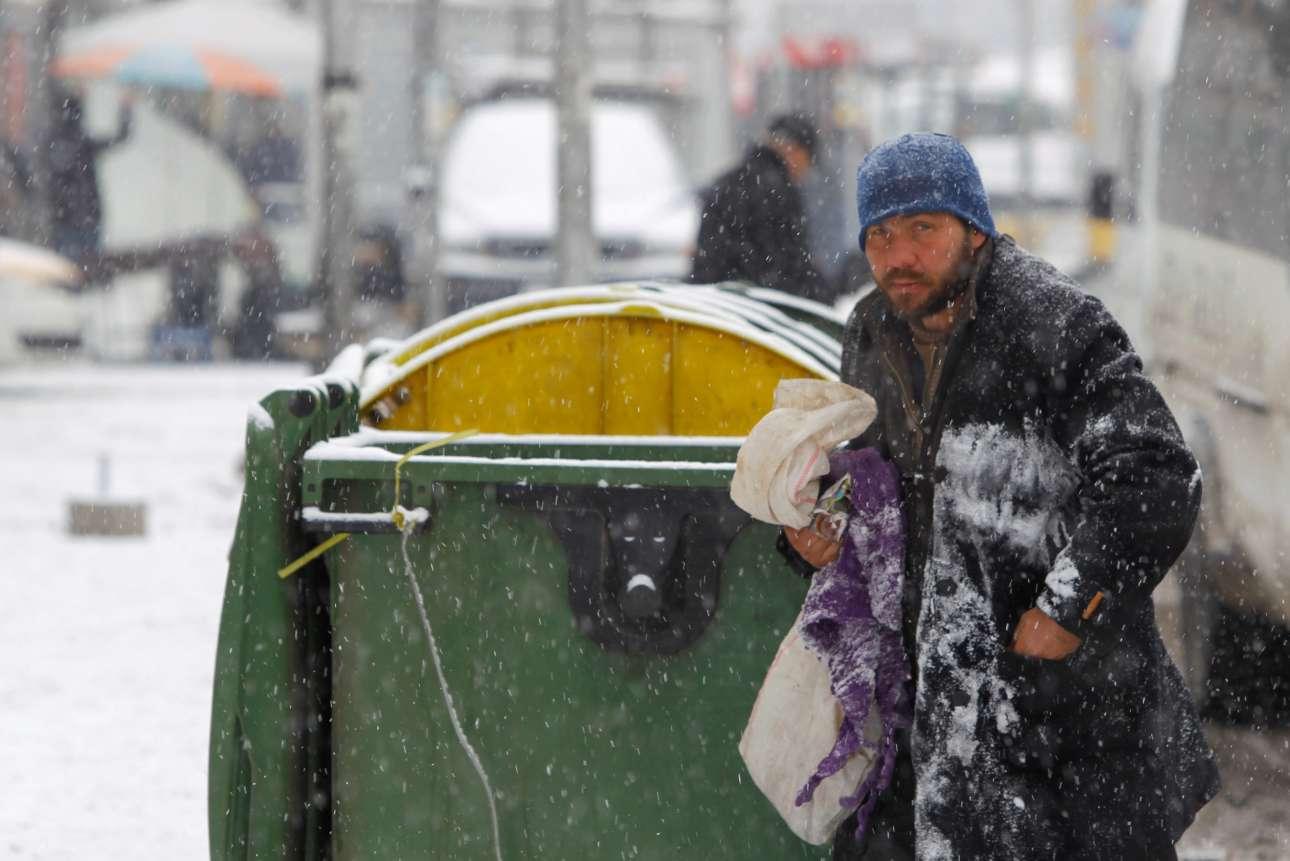 Ενας άστεγος άνδρας ψάχνει να βρει ζεστά ρούχα στα Σκόπια