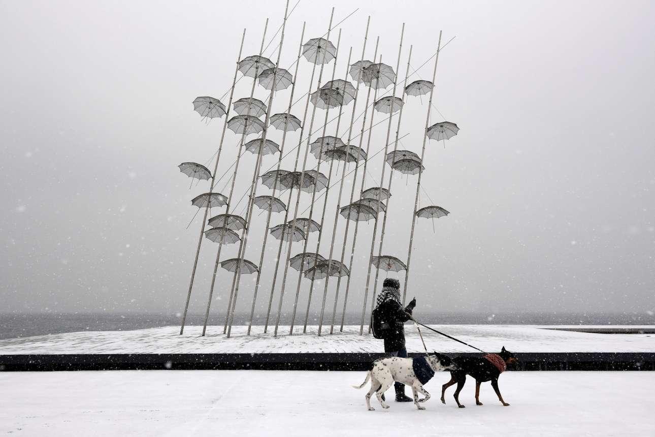 Οι Ομπρέλες του Ζογγολόπουλου δεν ήταν... αρκετές για να προστατεύσουν τους Θεσσαλονικείς από τη σφοδρή χιονόπτωση