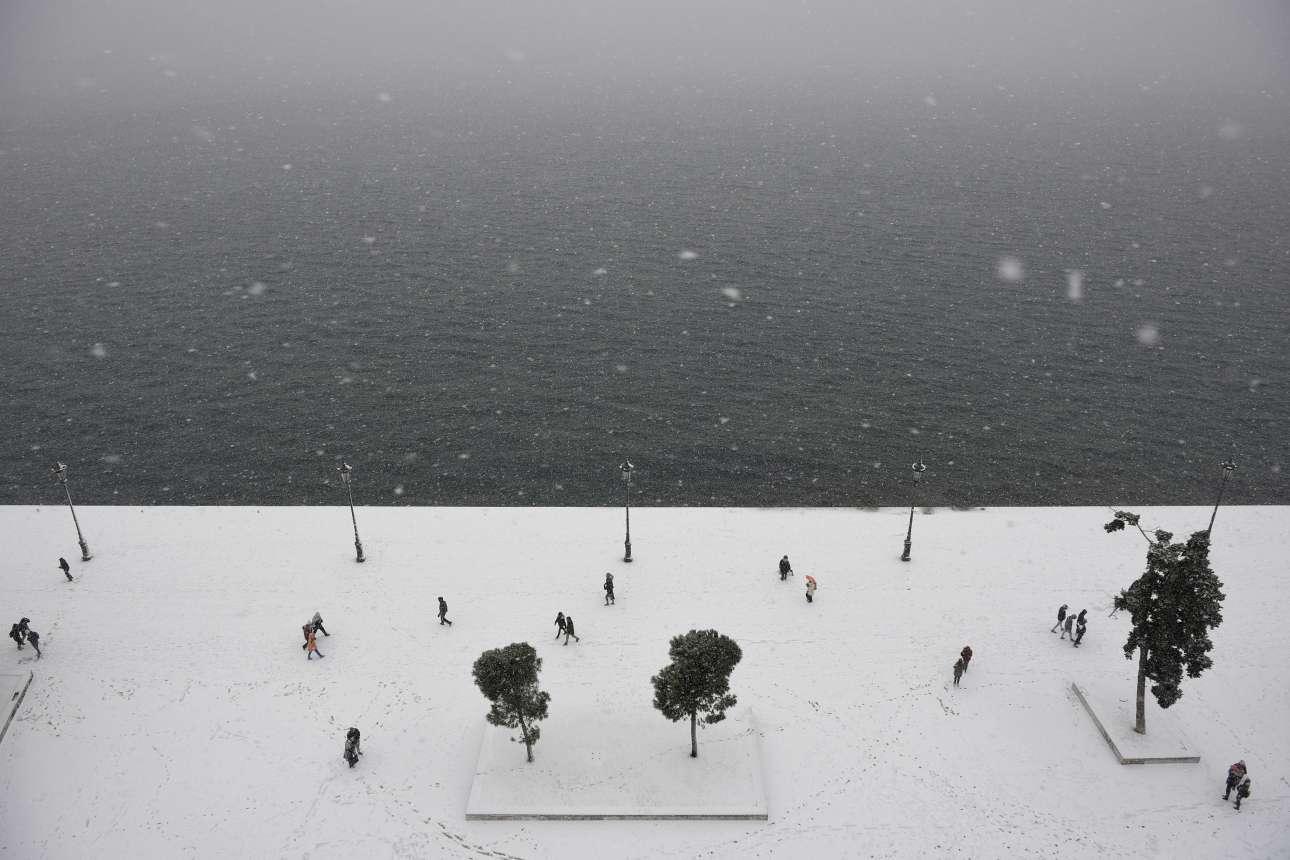 Χιόνι στη νέα Παραλία της Θεσσαλονίκης. Λήψη από τον Λευκό Πύργο