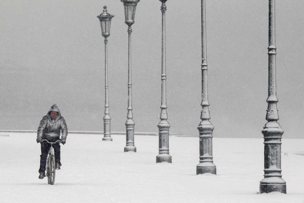 Οι ποδηλατώντας στη λεωφ. Νίκης. Ο δρόμος από το πεζοδρόμιο δεν ξεχωρίζει από το χιόνι