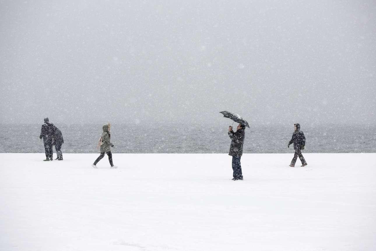 Πυκνό χιόνι και κάποιες ευκαιρίες για φωτογραφίες στην παραλία της Θεσσαλονίκης.