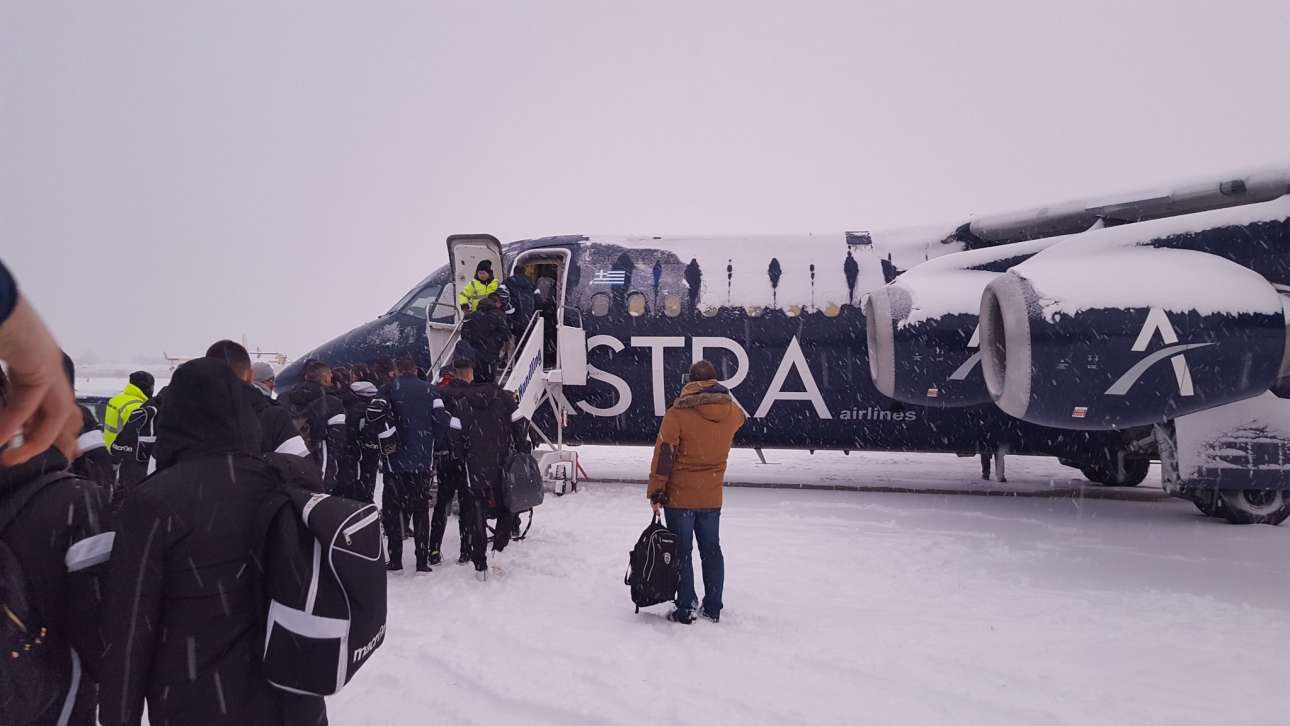 Και η επιβίβαση της ομάδας του ΠΑΟΚ στο χιονισμένο «Μακεδονία» με προορισμό την Αθήνα. Αύριο ο ΠΑΟΚ παίζει με τον Παναιτωλικό για το Κύπελλο