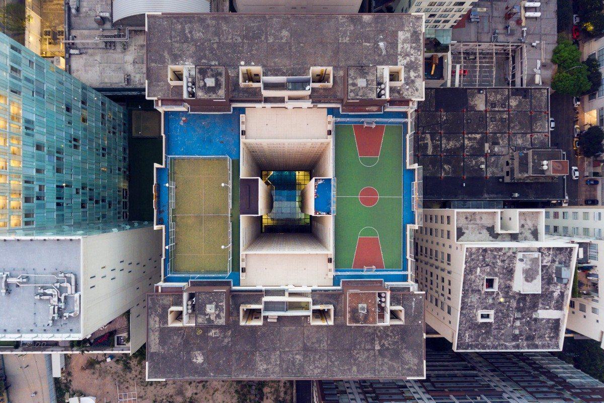 Ενα γήπεδο τένις, ένα γήπεδο μπάσκετ και στη μέση το κενό. Ενδιαφέρουσα αρχιτεκτονική, χρώματα και σχήματα στην ταράτσα ενός κτιρίου στο Μεξικό