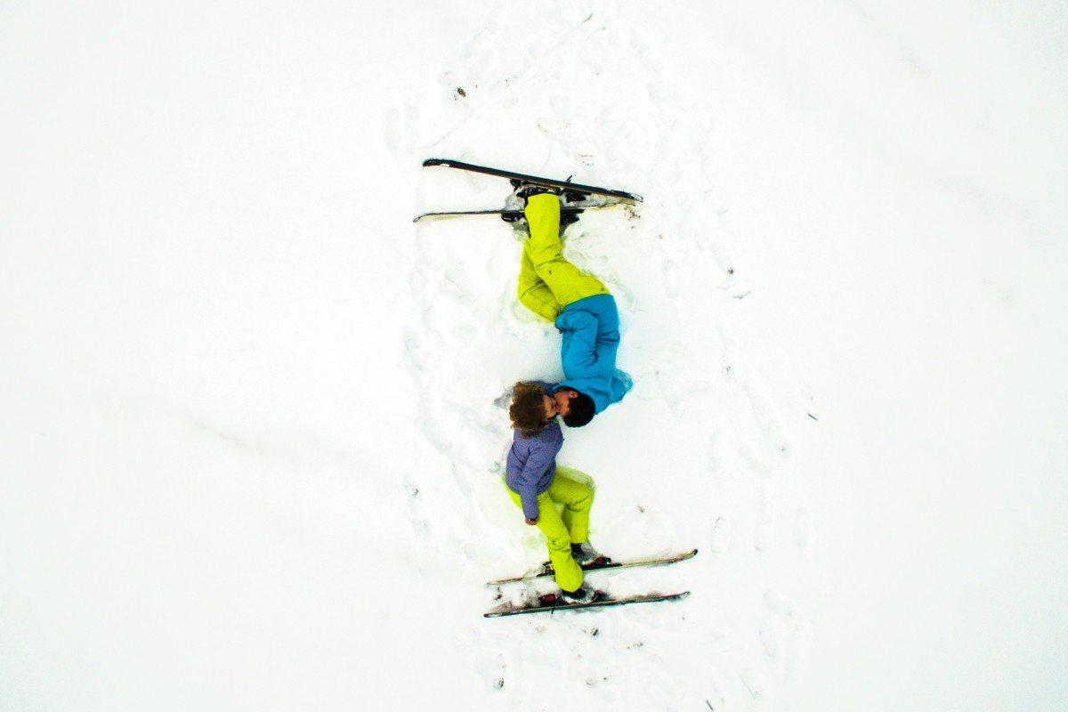Ενα χριστουγεννιάτικο φιλί κάτω από drone αντί για γκι, σε μια χιονοδρομική πίστα της Ρουμανίας