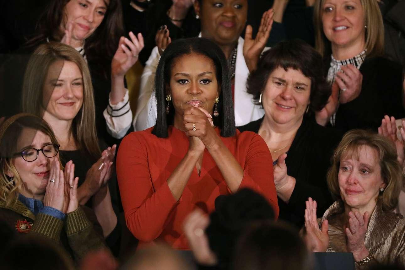 6 Ιαν. Η Πρώτη Κυρία των ΗΠΑ, Μισέλ Ομπάμα, παραχωρεί μία ιδιαίτερα συγκινητική ομιλία σε εκδήλωση στον Λευκό Οίκο, ευχαριστεί τους εργαζόμενους για ό, τι κάνουν κάθε μέρα και εκείνοι –ή μάλλον εκείνες- δακρύζουν